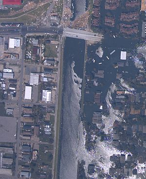 2005 levee failures in Greater New Orleans - Breach in 17th Street Canal levee in New Orleans, Louisiana, on August 31, 2005, showing the inundated Lakeview neighborhood on the right and the largely dry Metairie side on the left. (NOAA)