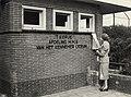 Opening van de nieuwe afdeling van het Kennemer Lyceum, de middelbare meisjesschool Het Kopje, door Mw. Den Tex. Aangekocht in 1977 van fotograaf C. de Boer. Identificatienummer 54-004205, NL-HlmNHA 54004205.JPG
