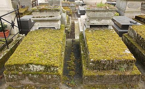 Père-Lachaise - Division 91 - tombes identiques 01.jpg