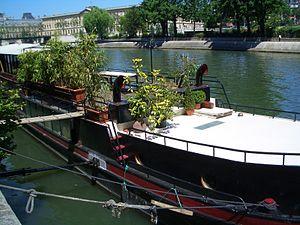 Péniche amarrée au bord de la Seine.JPG
