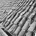 Pannendak, bestaande uit holle en bolle dakpannen, tijdens restauratiewerkzaamheden - Bornwird - 20329547 - RCE.jpg