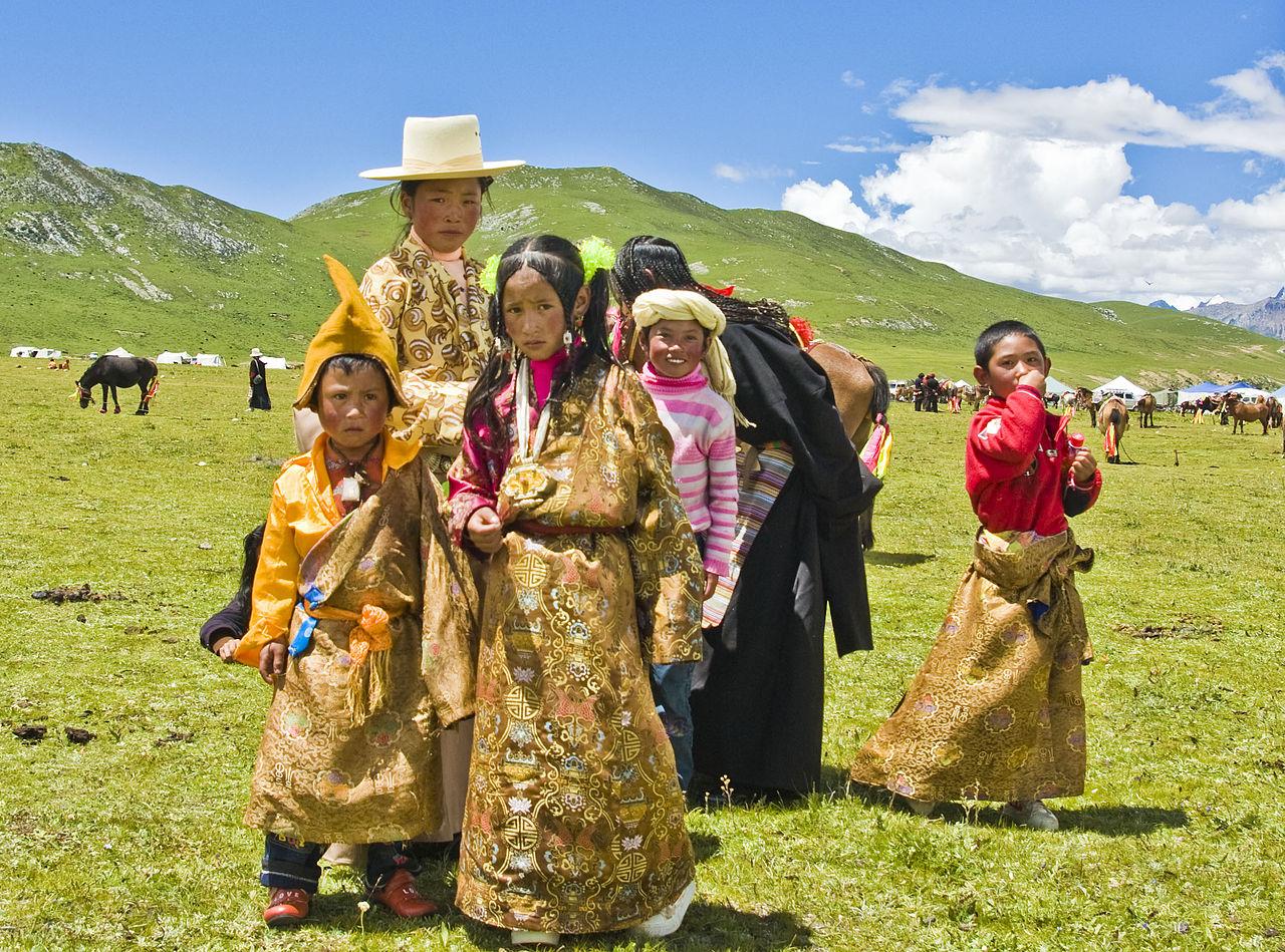 Tibetanci u svečanoj nošnji