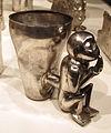 Perù, chimù, contenitore doppio con forma di scimmia, XIV-XV sec, argento sbalzato.JPG