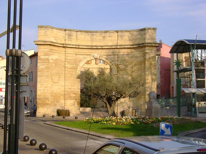 Porte d'Arles au centre ville l'Istres.