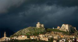Profilo centro storico di montesarchio (lato vetere) con castello e torre.jpg