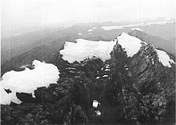 Glaciares de Puncak Jaya em 1972. Da esq. para a dir.: Northwall Firn, Glaciar Meren e Glaciar Carstensz. (USGS)