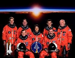 v.l.n.r. vorne: Steven Lindsey, Curtis Brown; hinten: Scott Parazynski, Stephen Robinson, Chiaki Mukai, Pedro Duque und John Glenn