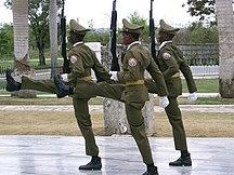 Kuba-Militär och krigsdeltagande-Fil:Santiago de Cuba - Garde au Mausolée José Marti