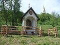 Saukapelle mit Blick auf die Wallfahrtskirche St. Leonhard Tamsweg.jpg
