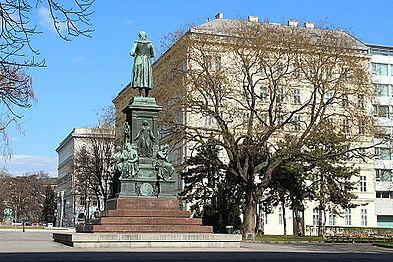 Schillerdenkmal & -platz, Februar.jpg