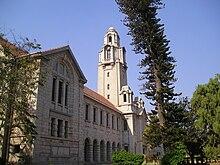 3-podlažní kamenná budova s vyššího věži ze slonoviny