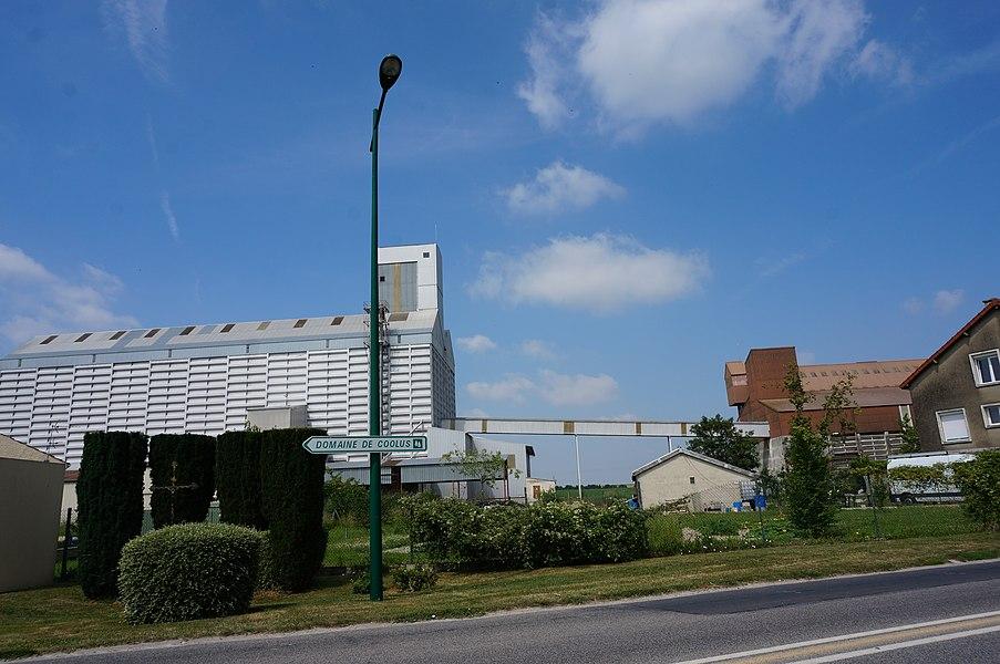 Des silos et une croix de chemin.