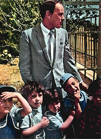 Frank Sinatra and Jewish activism - Sinatra and children in Israel in 1962