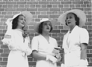 Cartwheel hat - Queensland racegoers sporting cartwheel-shaped sunhats, 1939