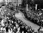 StateLibQld 2 208313 Crowds gather at Albert Square for the civic welcome to The Duke and Duchess of York, Brisbane, 1927.jpg