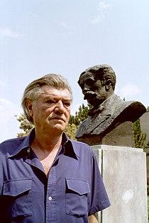 Stevan Kragujevic, Stevan Raičković, kraj spomenika akademiku i piscu Stevanu Sremcu, Senta juli 1995.JPG