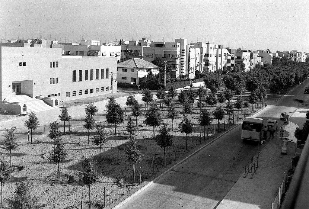 https://upload.wikimedia.org/wikipedia/commons/thumb/c/cb/THE_BILU_SCHOOL_ON_ROTHSCHILD_BLVD._IN_TEL_AVIV._%D7%A9%D7%93%D7%A8%D7%95%D7%AA_%D7%A8%D7%95%D7%98%D7%A9%D7%99%D7%9C%D7%93_%D7%91%D7%AA%D7%9C_%D7%90%D7%91%D7%99%D7%91.D403-034.jpg/1024px-THE_BILU_SCHOOL_ON_ROTHSCHILD_BLVD._IN_TEL_AVIV._%D7%A9%D7%93%D7%A8%D7%95%D7%AA_%D7%A8%D7%95%D7%98%D7%A9%D7%99%D7%9C%D7%93_%D7%91%D7%AA%D7%9C_%D7%90%D7%91%D7%99%D7%91.D403-034.jpg