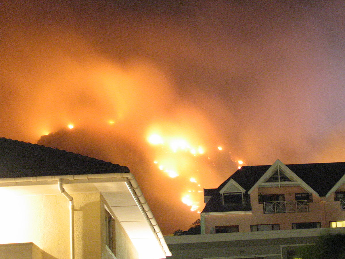 South Africa's Table Mountain ablaze - Wikinews, the free