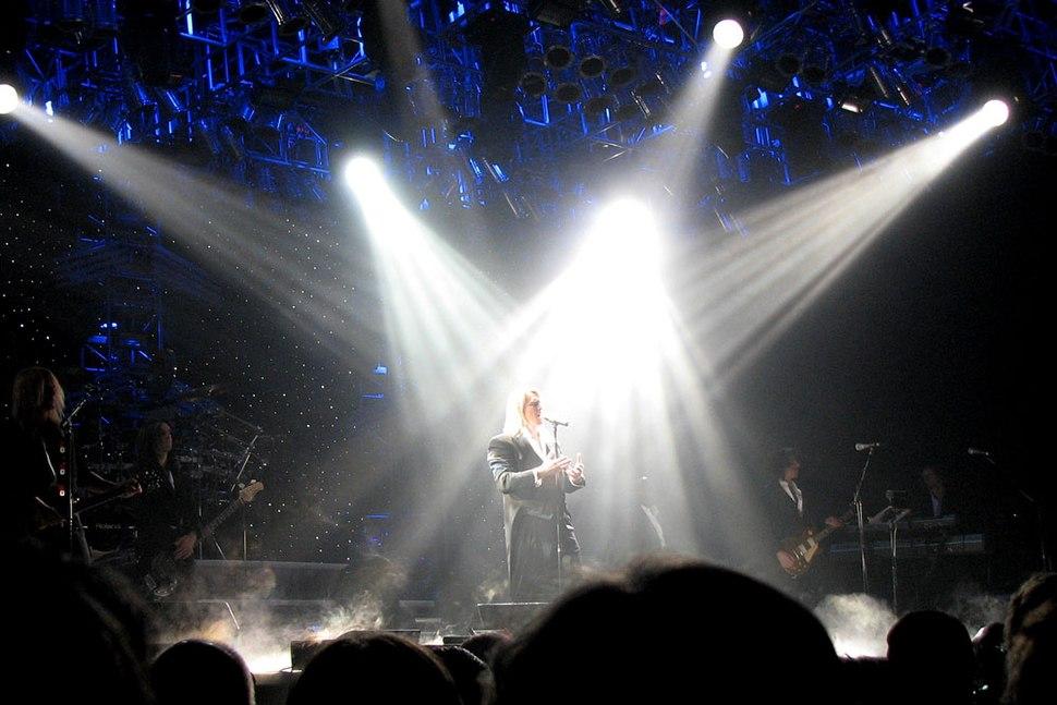 4 Solista acompanhado de suporte instrumental e iluminação (Rússia, 2007)