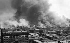 Bâtiment en feu lors du Massacre de Tulsa.