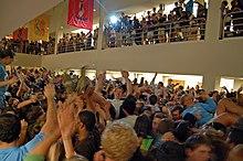 Um grande encontro de pessoas em uma sala.