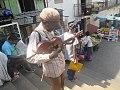 Un homme 'handicapé' jouait une guitar.jpg