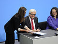 Unterzeichnung des Koalitionsvertrages der 18. Wahlperiode des Bundestages (Martin Rulsch) 109.jpg