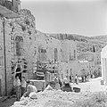 Verhuizers in het dorp Ain Karem wachtende bij een vrachtwagen met huisraad, Bestanddeelnr 255-1196.jpg