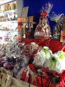 Vetrina natalizia con panettoni artigianali incartati