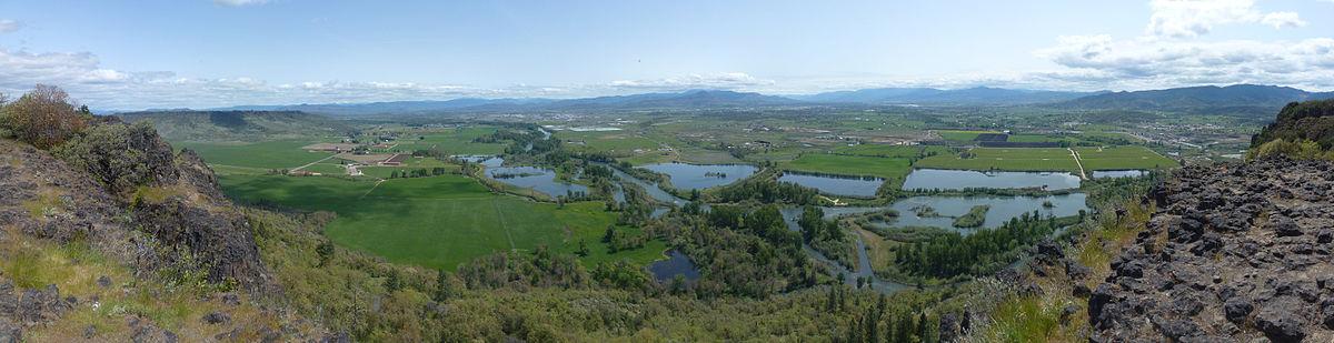 תצפית פנורמית על הנהר רוג, הבריכות הסמוכות, והאזור הכפרי מסביב כפי שהם נראים מסלע השולחן הנמוך במחוז ג'קסון. התצפית היא מצפון מזרח לדרום מערב.