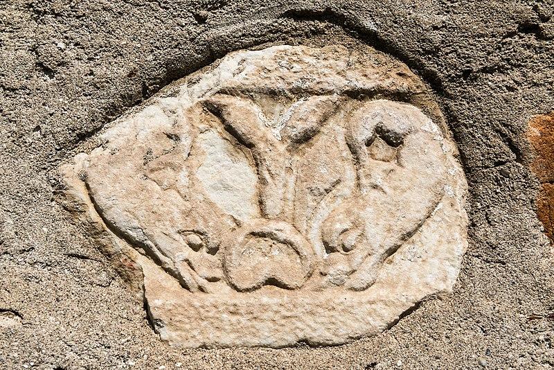 File:Villach Gratschach Filialkirche hll Philippus und Jakobus Delphinrelief 14042017 7535.jpg