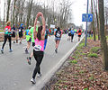 Wandelende vrouw die uitrekt tijdens marathon Rotterdam 2015.jpg