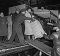 Watersnood 1953. Evacuatie Zierikzee aankomst Dordrecht, Bestanddeelnr 905-5507.jpg