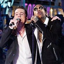 Wiz Khalifa e Charlie Puth durante un concerto presso il Times Square, New York, il 31 dicembre 2015