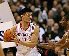 Un joueur chinois sur un terrain de basket-ball.