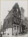 foto van Hoekhuis met trapgevel, versierd met grote boogblokken