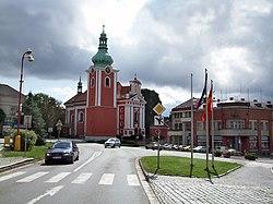 Červený Kostelec - die rote Kirche, die dem Ort den Namen gegeben hat - panoramio.jpg