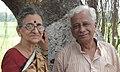 प्रा. विजय कारेकर, पत्नी सौ. विनता कारेकर यांच्याबरोबर २०१५.jpg