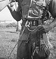 Aan de koppelriem van een soldaat zit het uiteinde van het touw van een z.g. At, Bestanddeelnr 15863.jpg