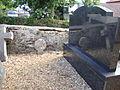 Ahetze (Pyr-Atl., Fr) reflets de steles au cimetière.JPG