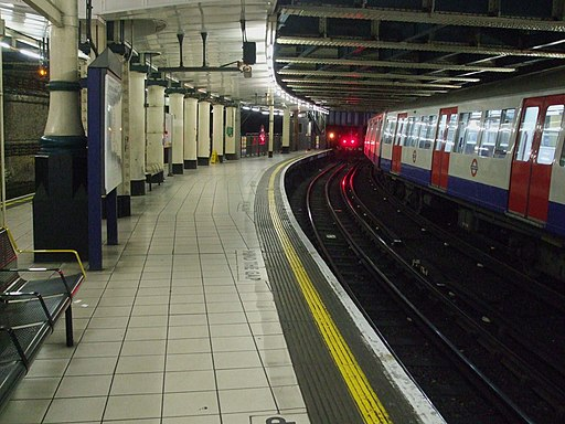 Aldgate station Metropolitan platform 2 look south buffers