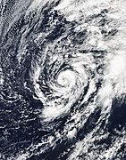 Un ciclón con nubes de bandas envolviendo ciclónicamente sobre su centro.
