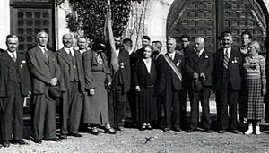 Alexandrina Cantacuzino - Alexandrina Cantacuzino (center, marked X), receiving visitors at the Zamora (Cantacuzino) Castle in Bușteni, ca. 1928