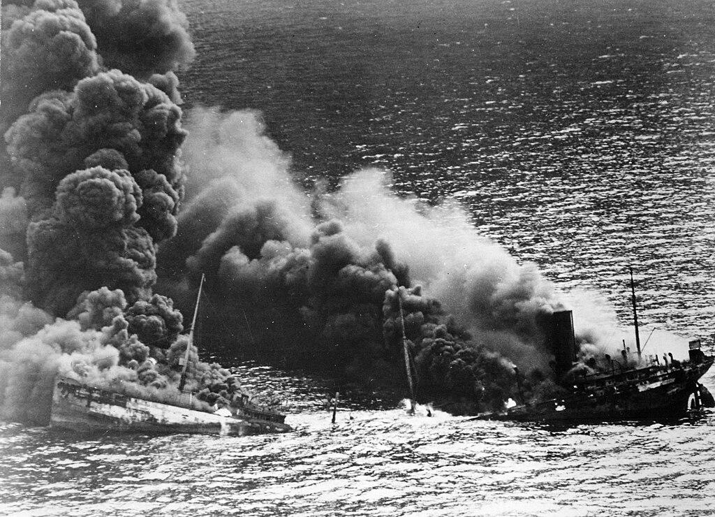 معركة الأطلسي 1945-1939 1024px-Allied_tanker_torpedoed