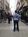 Alta homo imitanta futbaliston Lionel Messi kaj proponanta fotiĝi kun si (Bonaero).jpg