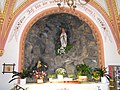 Altar und Madonnenstatue in der Lourdeskapelle zu Uttendorf im Pinzgau.JPG