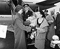 Amerikaanse filmster Gloria Swanson, aankomst Schiphol, Bestanddeelnr 907-4181.jpg