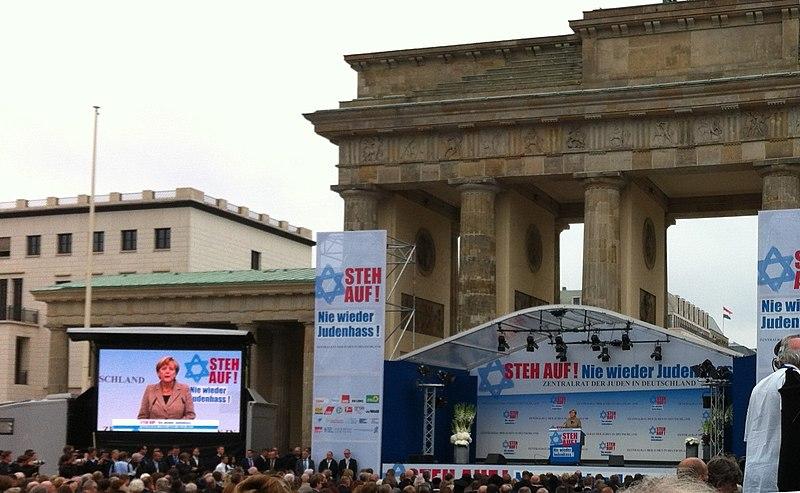 File:Angela Merkel porte de Brandebourg.JPG