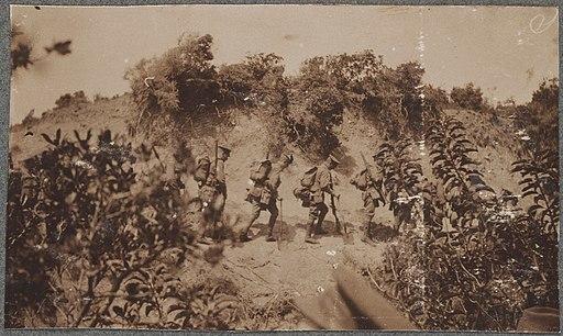 Anzac troops advancing to the firing line, Gallipoli Peninsula, Turkey, April 1915 - David Izatt (16985057461)