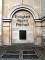 Architekturnische rechts neben der Treppe Niedersächsischer Landtag, Erinnerungsmal Hoffmann von Fallersleben, 2007 geschaffen von Siegfried Neuenhausen.jpg